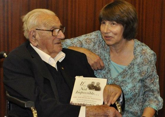 Barbara Wintonová se svým otce, Sirem Nicholasem, 19. května 2014 u...