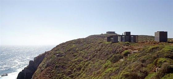Vysoko na skále nad oceánem vyrostla jednoduchá obdélníková stavba od chilského...