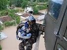 Slovinský záchranář evakuuje mimino z bosenské vesnice Tisina (17. května 2014)