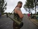 Ozbrojený stoupenec Moskvy na předměstí  města Konstantinovka (25. května 2014)