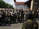 Proruští ozbrojenci před sídlem Rinata Achmetova v Doněcku (25. května 2014)