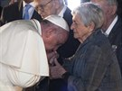 Papež František v památníku Jad vašem v Jeruzalémě políbil ruku několika lidem,...