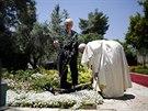 V zahradě prezidentského paláce v Jeruzalémě zasadil papež společně s Šimonem...