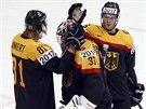 TO NIC. Němečtí hokejisté Ankert and Pietta utěšují svého brankáře Aus den...