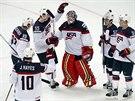 PO BOJI. Američtí hokejisté slaví výhru nad Německem, uprostřed je brankář Tim...