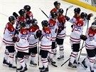 Kanadští hokejisté slaví vydřenou výhru nad Norskem.