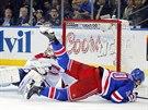 Chris Kreider z NY Rangers a jeho sr�ka s brank��em Montrealu Dustinem...