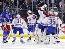 Hokejisté Montrealu slaví výhru v prodloužení. Smutně přihlíží obránce Rangers...