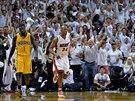 Ray Allen (vpravo) z Miami se zlehka usm�v�, pr�v� vst�elil trojku. V�raz Lance...