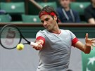 Roger Federer returnuje v utkání 1. kola Roland Garros proti Lukášovi Lackovi.