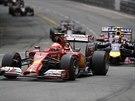 Vepředu je Kimi Raikkonen ze stáje Ferrari, stíha ho  Daniel Ricciardo z Red...