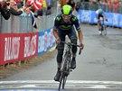 Nairo Quintana se řítí do cíle šestnácté etapy Gira.
