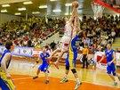 V rozhodujícím duelu o třetí místo uspěli basketbalisté Opavy (modrá) na...