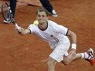 Aleksandr Nedovjesov dobíhá míček v utkání s Tomášem Berdychem.