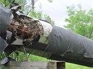 Jeden z mužů potrubí očesával, další tři mu pomáhali s odvozem kovů.