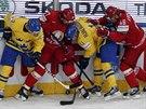 MA�INKA. Hokejist� �v�dska a B�loruska bojuj� u mantinelu o puk ve �tvrtfin�le...