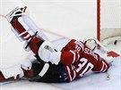 CHYBA. Kanadský brankář Ben Scrivens dostal ve čtvrtfinále hokejového MS od...