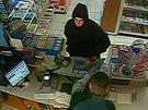 Asi pětadvacetiletý muž přepadl benzinku v Plzeňské ulici v Praze, prodavači...