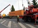 Pád námořního kontejneru v Hornoměcholupské ulici zaměstnal pražské hasiče. Ti