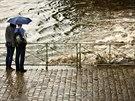 Průtrž mračen v Praze. Pohled na náplavku pod železničním mostem, kam se do...