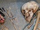 Příprava předmětů pro hrob lučištníka ve výstavě Země černých faraonů.