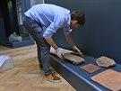 Archeolog Vlastimil Vrtal předměty k instalaci výstavy Země černých faraonů v...