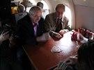KARBANÍK. Ladislav Vízek si cesty letadlem rád zkracoval hraním karet, při natáčení je ale musel odevzdat letušce.