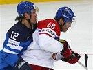 TĚSNÁ OBRANA. Olli Jokinen z Finska se snaží zastavit průnik Jaromíra Jágra.