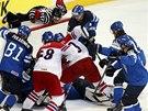 ZÁVĚREČNÝ TLAK. Čeští hokejisté se při hře bez brankáře snažili ještě něco s