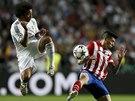 TOHLE BUDE BOLET. Marcelo z Realu Madrid (vlevo) a Jose Sosa z Atlétika.