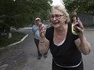 Žena z Doněcka reaguje na nález těla muže, kterého po výbuchu zabil šrapnel...