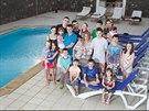 Radfordovi si na dovolené příliš válení u bazénu neužili, museli neustále...
