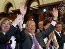 Lídr britských euroskeptiků Nigel Farage oslavuje výsledky voleb do Evropského...