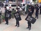 Policisté v ujgurské metropoli Urumči zablokovali přístup do oblasti, jíž otřásl výbuch (22. května 2014).