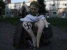 Na jednom ze zátarasů u východoukrajinského Slavjansku je k vidění karikatura...