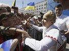 Skutečná Julija Tymošenková se mezitím zdravila se svými příznivci na...