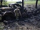 Ukrajinský voják stojí u nákladního auta nedaleko vesnice Blahodatne, které...