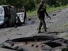 Ukrajinští vojáci procházejí místem, kde se v noci odehrály boje se vzbouřenci....