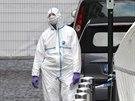 Policisté prohledávají prostor před židovským muzeem v centru Bruselu, kde se v...