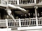 Na plovárně Molitor v Peříži se konaly i soutěže ve skocích do vody. (červenec...