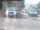 Průjezd zaplavenými Otvicemi u Chomutova krátce po páteční průtrži.  (23....