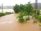 Rozvodněný Rakovský potok na Rokycansku. (28. května 2014)