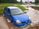 Částečně zaplavené auto v Rakovském potoce na Rokycansku. (28. května 2014)
