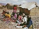 Indiánky Uru na plovoucích ostrovech jezera Titicaca prodávají své textilní...