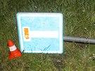 Opilý řidič autem nejprve přerazil dopravní značku...