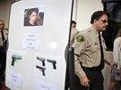 Šerif ze Santa Barbary Bill Brown na tiskové koneferenci, kde ukázal i zbraně,...