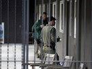 Policisté vyslýchají studenty a zjišťují informace o střelbě poblíž školy.
