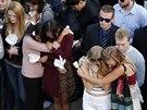 Studenti uctívají památku svých mrtvých spolužáků.