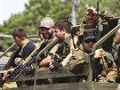 Proruští separatisté přijíždějí na korbě náklaďáku na shromáždění ve...