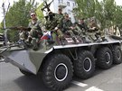 Proruští separatisté vjíždějí na obrněném transportéru na shromáždění v Doněcku...